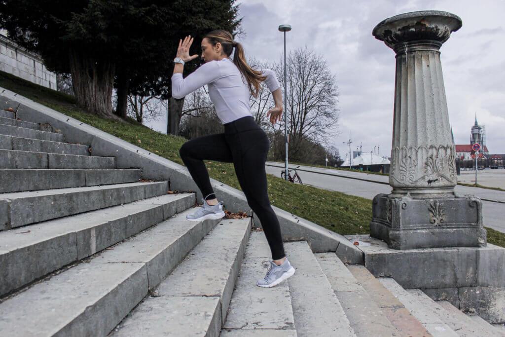 schnell gesünder fitter sportlerin treppe laufen sprinten